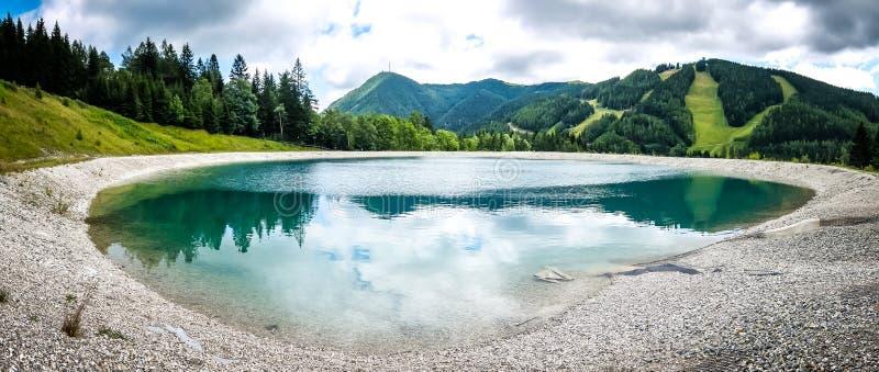 Beau paysage de montagne avec la vue du lac Speicherteich dans les Alpes de l'Autriche photo stock