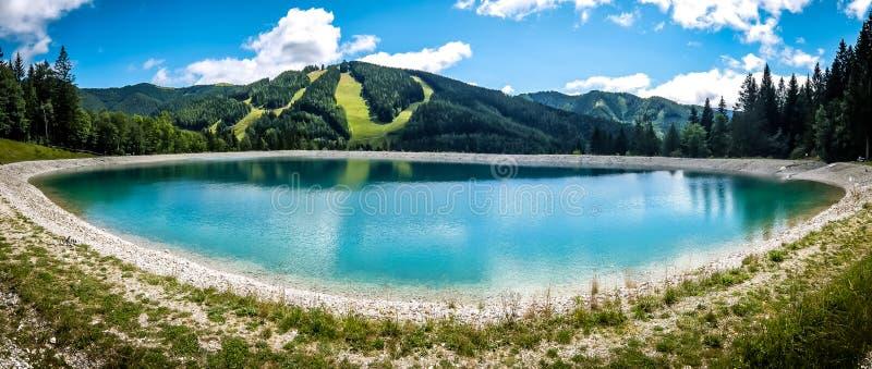 Beau paysage de montagne avec la vue du lac Speicherteich dans les Alpes de l'Autriche photographie stock