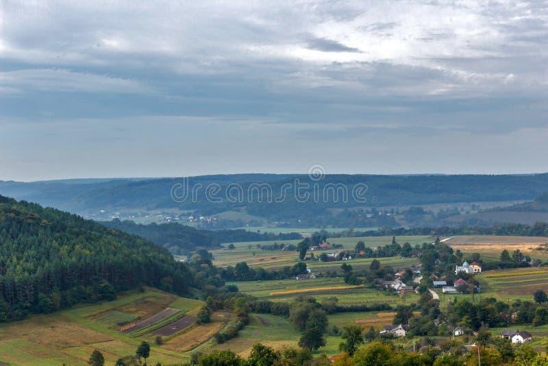Beau paysage de montagne de campagne avec un monastère dans le village image libre de droits