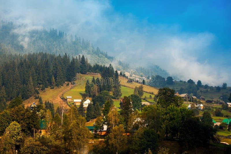 Beau paysage de montagne d'automne avec la brume à l'aube images libres de droits