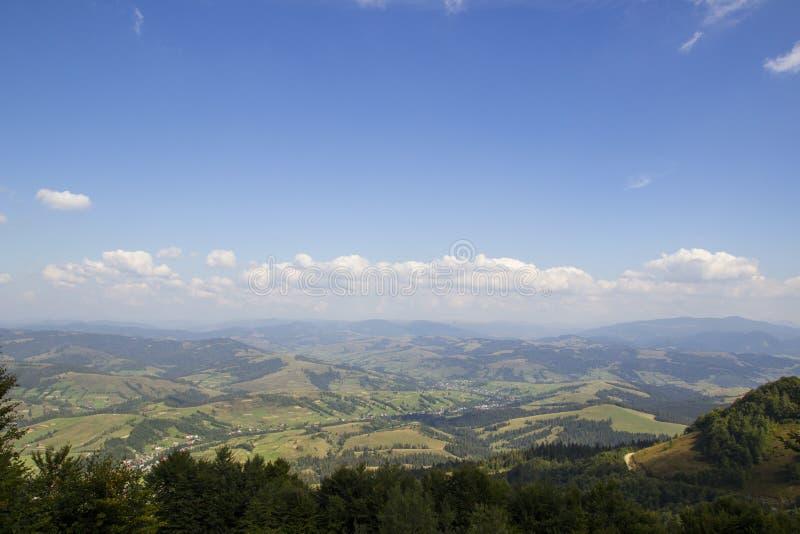 Beau paysage de montagnes dans carpathien Panorama large des collines vertes de montagne Montagnes carpathiennes en été image libre de droits