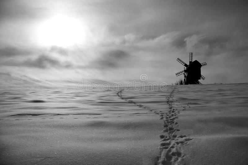 Beau paysage de moulin à vent d'hiver en noir et blanc photographie stock libre de droits