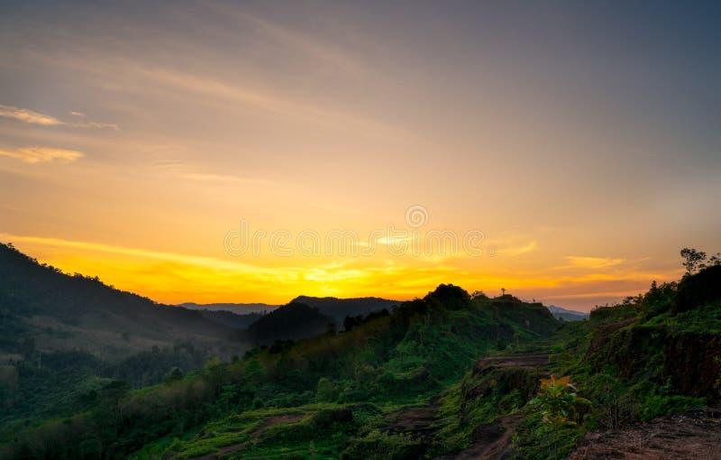 Beau paysage de nature de gamme de montagne avec le ciel et les nuages de coucher du soleil Vallée de montagne en Thaïlande Paysa images libres de droits