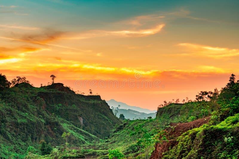 Beau paysage de nature de gamme de montagne avec le ciel et les nuages de coucher du soleil Vallée de montagne en Thaïlande Paysa photographie stock libre de droits