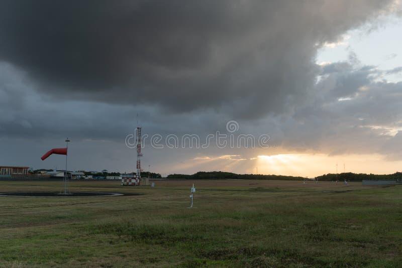 Beau paysage de panorama avec le soleil et for?t et pr? au lever de soleil ?clat de rayons du soleil par des nuages vue scénique  photos stock