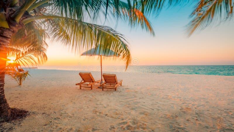 Beau paysage de plage d'île des Maldives Chaises et parapluie pour le fond de vacances et de vacances d'été Plage tropicale exoti photos stock