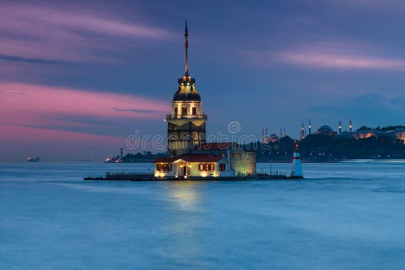 Beau paysage de première tour de tour du ` s de Leandros de rivage Vue de nuit sur Istanbul images stock