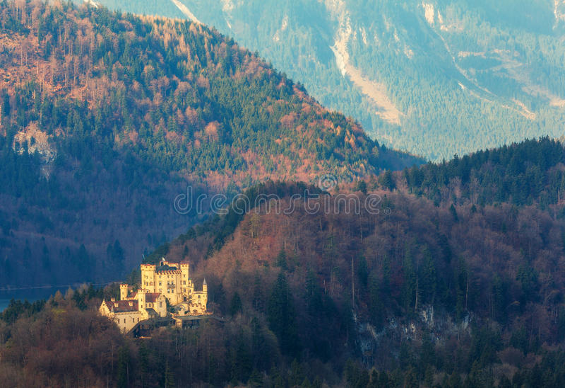 Download Beau Paysage De Ressort Avec Le Château De Hohenschwangau Au Lever De Soleil Image stock - Image du montagne, landmark: 76084121