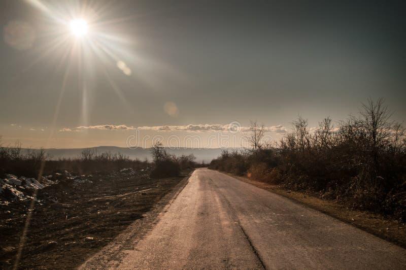 Beau paysage de route latérale de pays avec des arbres dans l'horaire d'hiver au coucher du soleil L'Azerbaïdjan, Caucase, Sheki, image stock