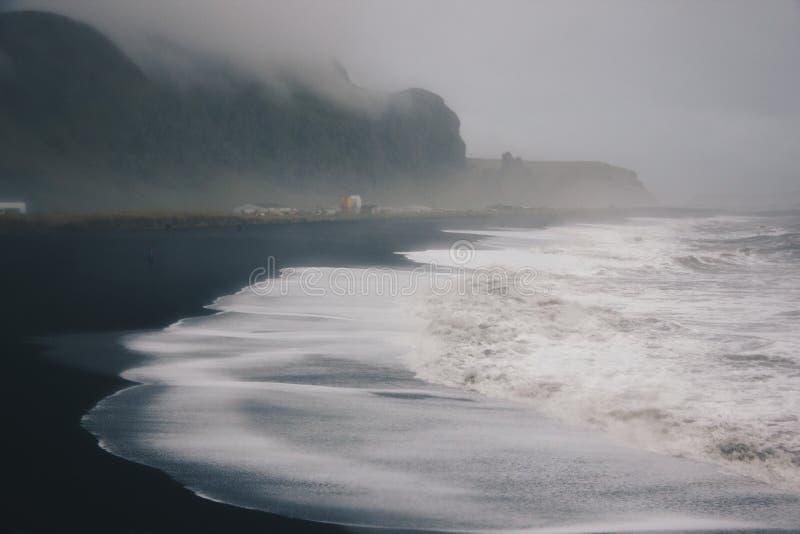 Beau paysage de stupéfier les ressacs forts par le temps brumeux dans la campagne photographie stock libre de droits