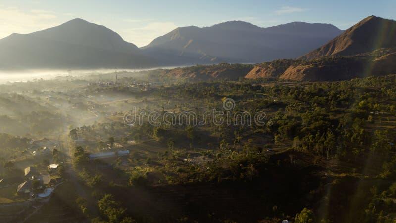 Beau paysage de village de Sembalun au temps d'aube images stock