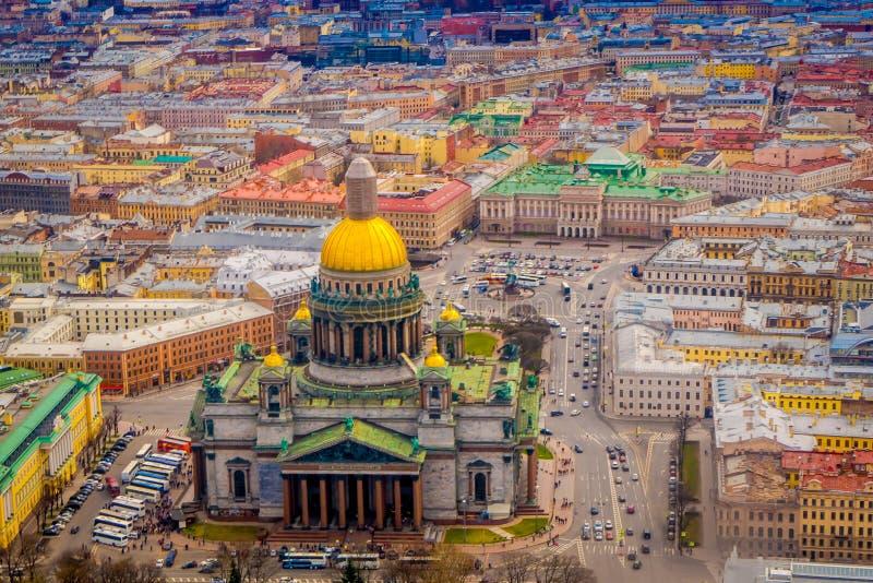 Beau paysage de vue aérienne de l'entourage de cathédrale du ` s d'Isaac de saint des bâtiments de la ville de St Petersburg image stock
