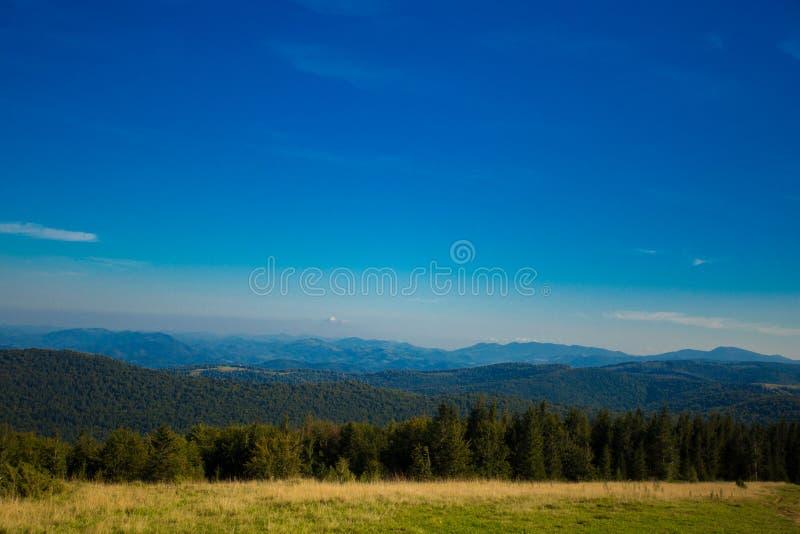 Beau paysage des montagnes d'été avec le ciel bleu Paysage de village de montagne d'automne photos libres de droits