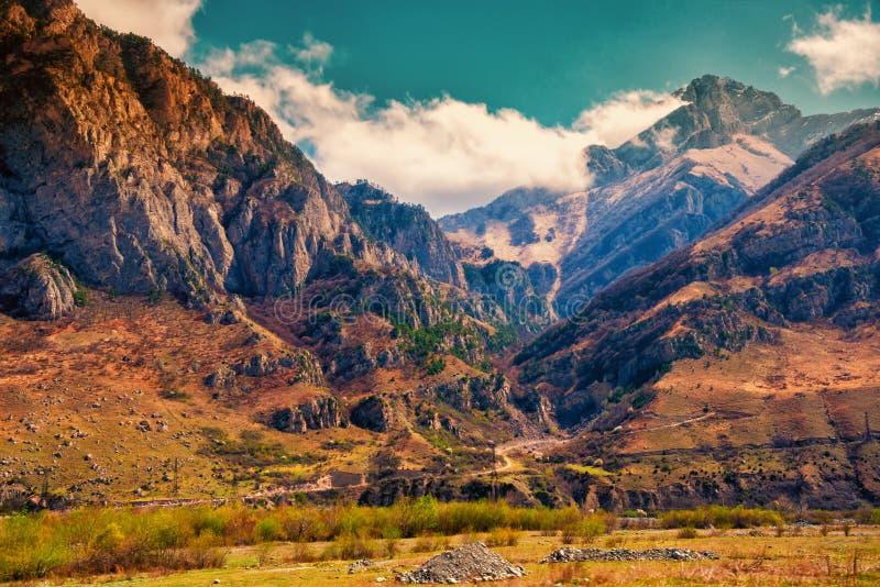 Beau paysage des montagnes de ravin de ressort, Russie, République images stock