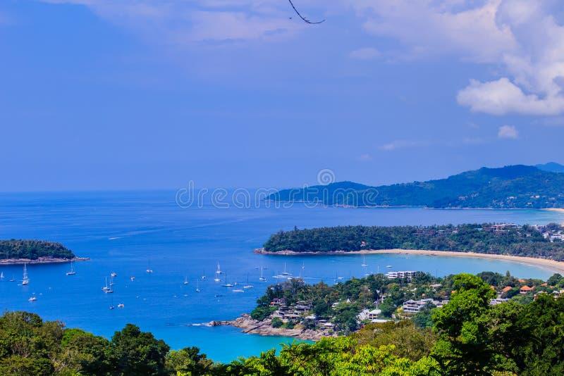 Beau paysage des ressacs de turquoise avec des bateaux, coastli images stock