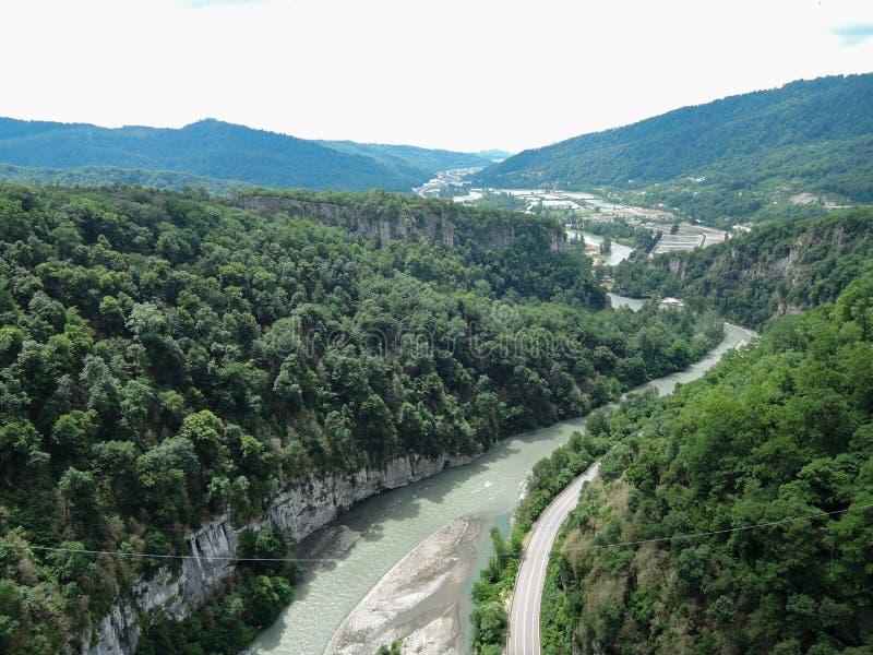 Beau paysage donnant sur la River Valley dans les montagnes photographie stock