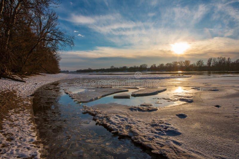 Beau paysage du Danube congelé au coucher du soleil images stock