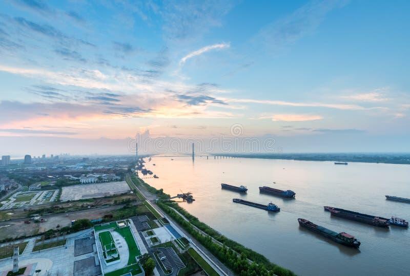 Beau paysage du fleuve Yangtze avec la lueur de coucher du soleil photo stock