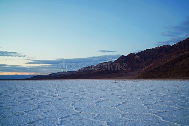 Beau paysage en contexte de coucher du soleil, de falaise rocheuse et d'un océan calme photographie stock libre de droits