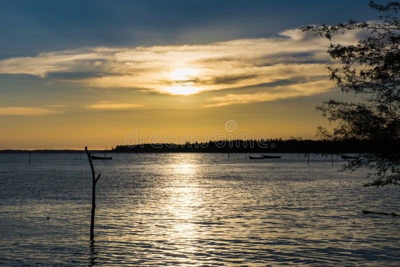 Beau paysage et mer de lever de soleil les couleurs d'île du ciel de coucher du soleil photo stock