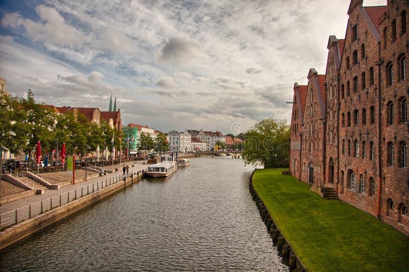 Beau paysage et voies d'eau à Lübeck, Allemagne photographie stock