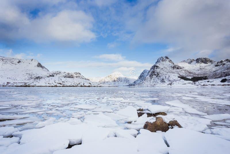 Beau paysage même de la mer d'hiver, avec de belles fractures de glace photographie stock libre de droits