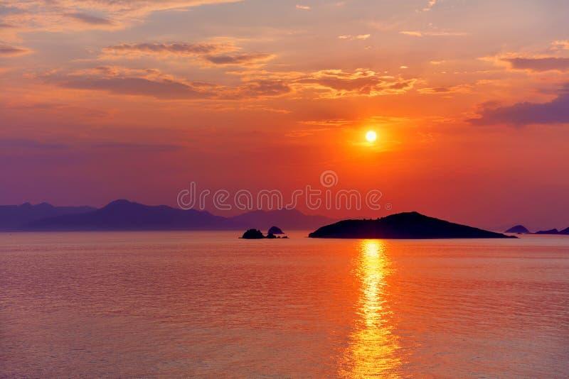 Beau paysage marin au coucher du soleil photos stock