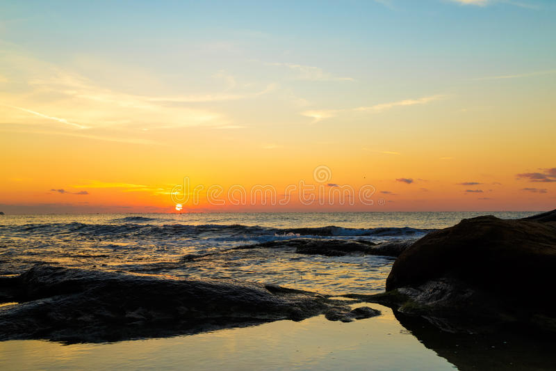 Beau paysage marin au lever de soleil photographie stock