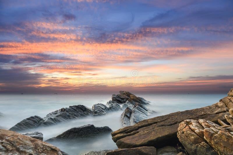 Beau paysage marin dans le coucher du soleil image stock