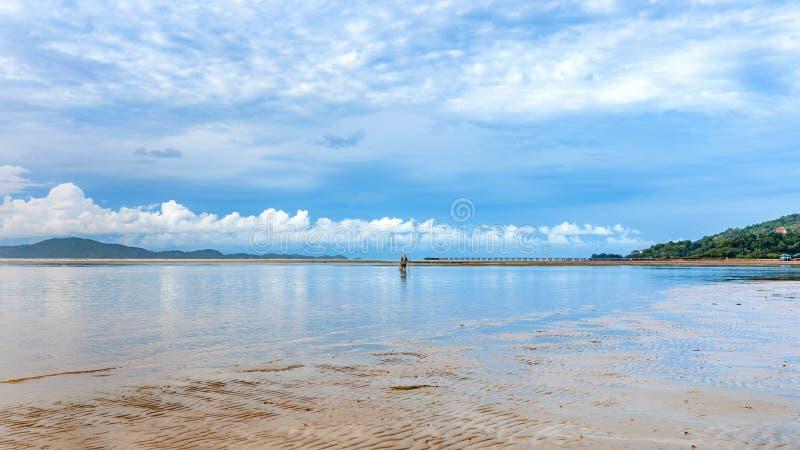 Beau paysage marin de calme avec le pêcheur en ciel bleu nuageux images libres de droits