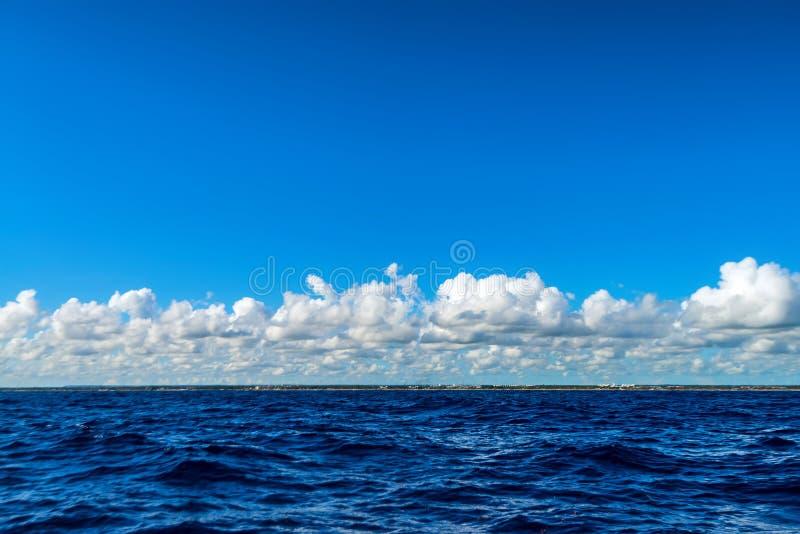 Beau paysage marin de l'eau de mer des Caraïbes le jour ensoleillé photos libres de droits