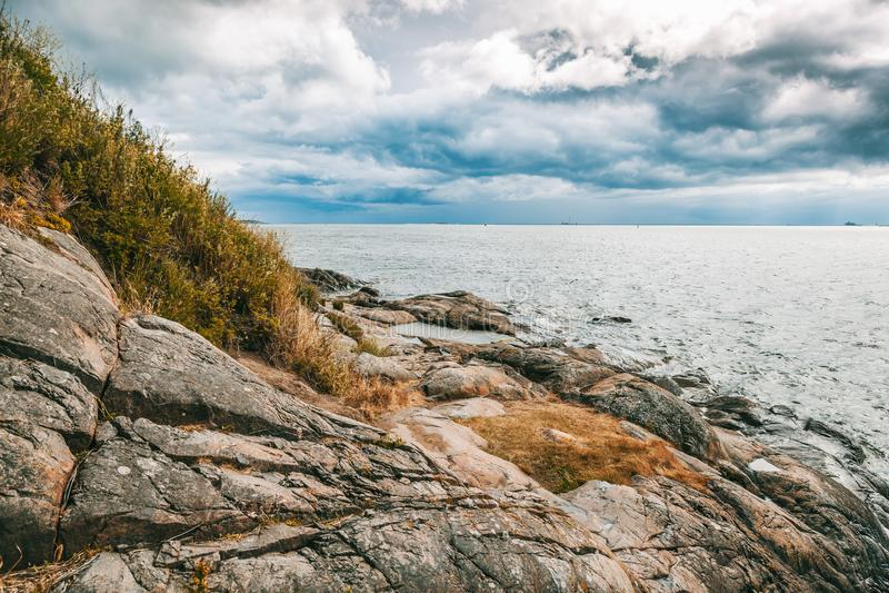 Beau paysage marin, la côte en pierre de la mer sur les îles de photographie stock libre de droits