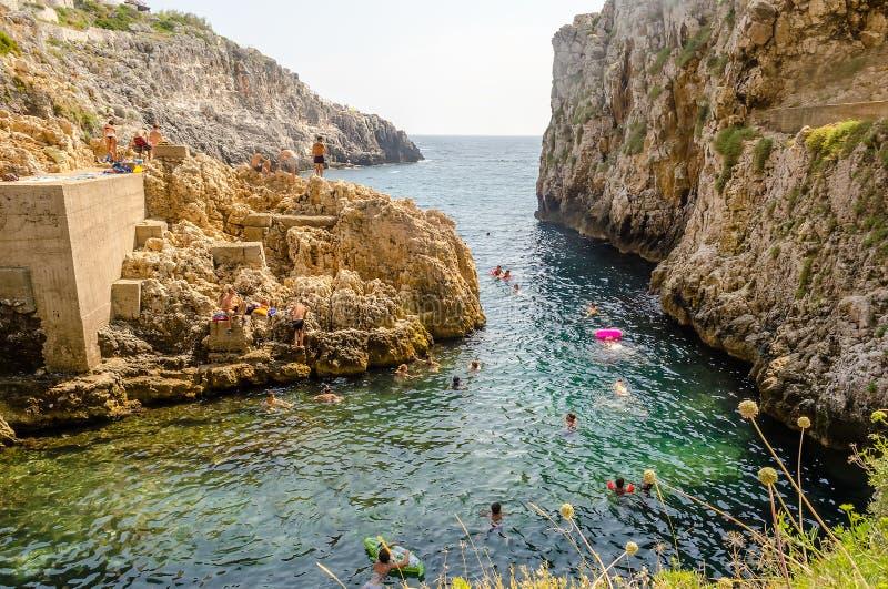 Beau paysage marin scénique au pont de Ciolo, Salento, Pouilles, Ital photos stock