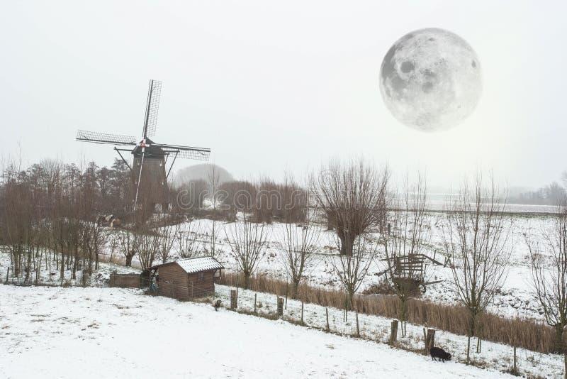 Beau paysage néerlandais de moulin à vent d'hiver avec la pleine lune images libres de droits