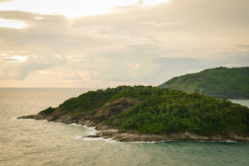 Beau paysage naturel de coucher du soleil de la côte et de la mer sur le point de vue supérieure de cap de Promthep à Phuket, Tha images libres de droits
