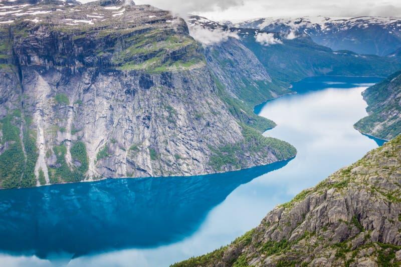 Beau paysage norvégien avec des montagnes sur le le chemin à t photographie stock libre de droits