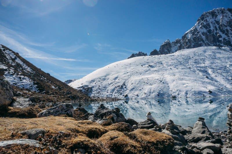 beau paysage scénique avec les montagnes et le lac neigeux, Népal, Sagarmatha, photographie stock libre de droits
