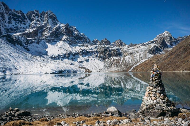 beau paysage scénique avec les montagnes et le lac neigeux, Népal, Sagarmatha, image libre de droits