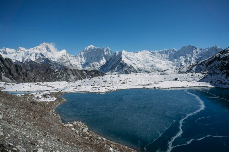 beau paysage scénique avec les montagnes et le lac neigeux, Népal, Sagarmatha, photographie stock