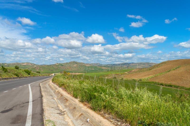 Beau paysage sicilien de la route nationale, Caltanissetta, Italie, l'Europe photo stock