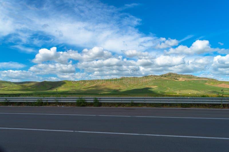 Beau paysage sicilien de la route nationale, Caltanissetta, Italie, l'Europe image stock