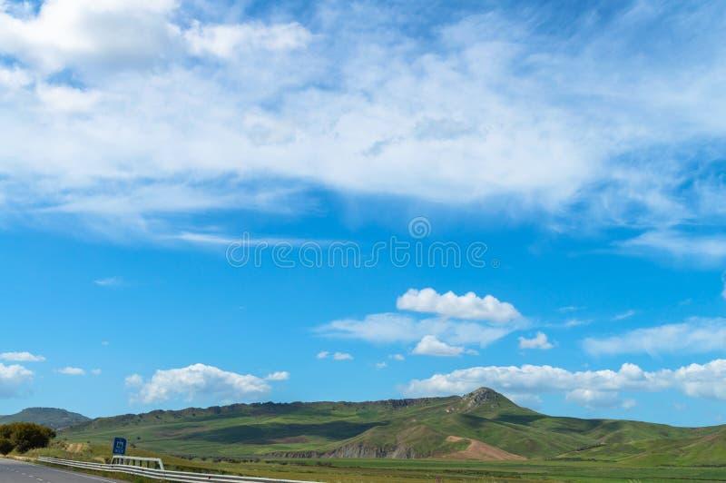 Beau paysage sicilien de la route nationale, Caltanissetta, Italie, l'Europe photos stock