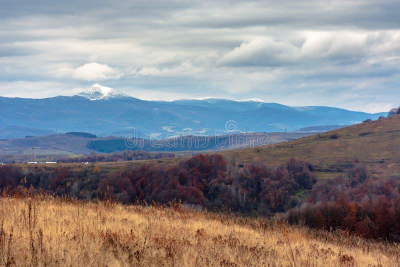 Beau paysage transcarpathien en novembre images stock
