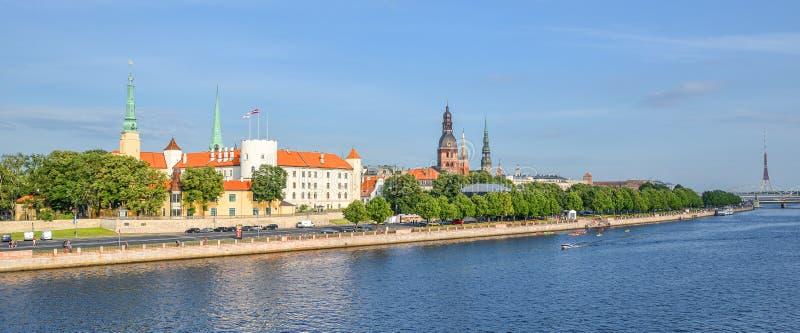 Beau paysage urbain de début de la matinée de la vieille ville rivière de tour et de dvina occidentale d'église de Riga, de St Pe image stock