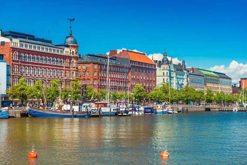 Beau paysage urbain de Helsinki avec l'architecture traditionnelle, de quai avec des bateaux et de ciel bleu clair sur le fond, F photos libres de droits
