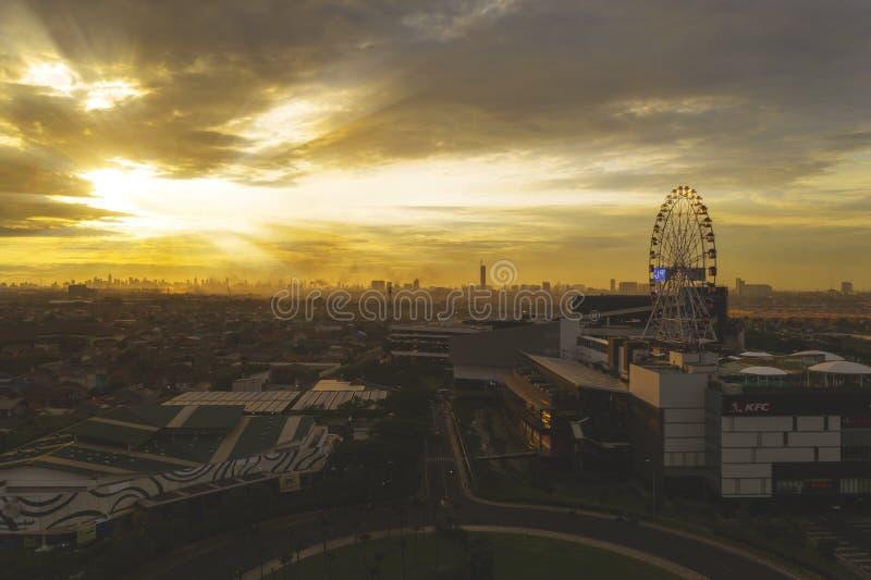 Beau paysage urbain de Jakarta avec la roue de ferris au crépuscule photo libre de droits