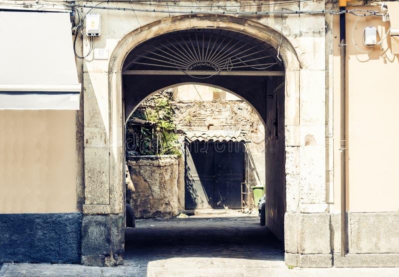 Beau paysage urbain de l'Italie, façade de maison antique dans le style baroque sicilien sur la rue historique de Catane, Sicile images stock