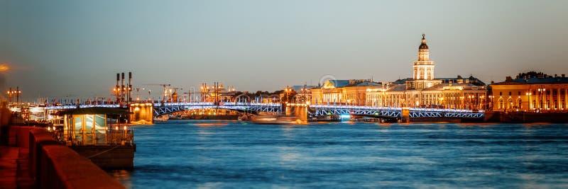 Beau paysage urbain de nuit, vue de nuit de St Petererburga et l'IL photos stock