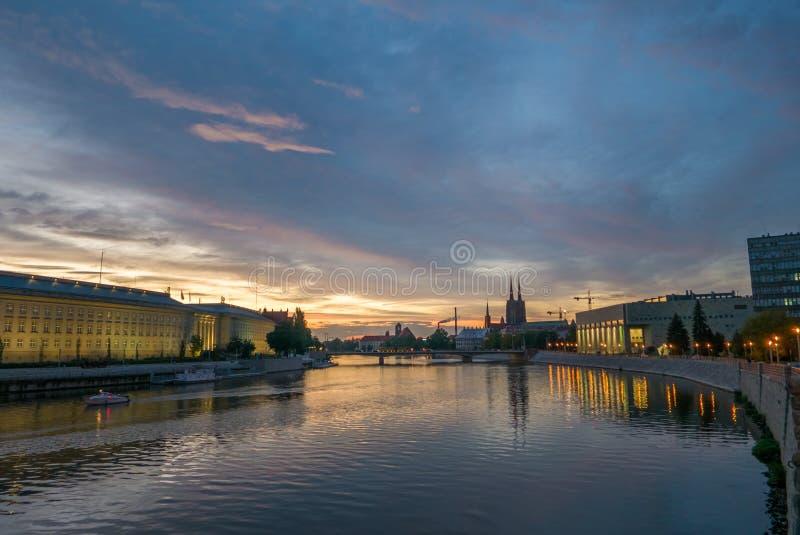Beau paysage urbain de Wroclaw pendant le coucher du soleil vibrant photo stock