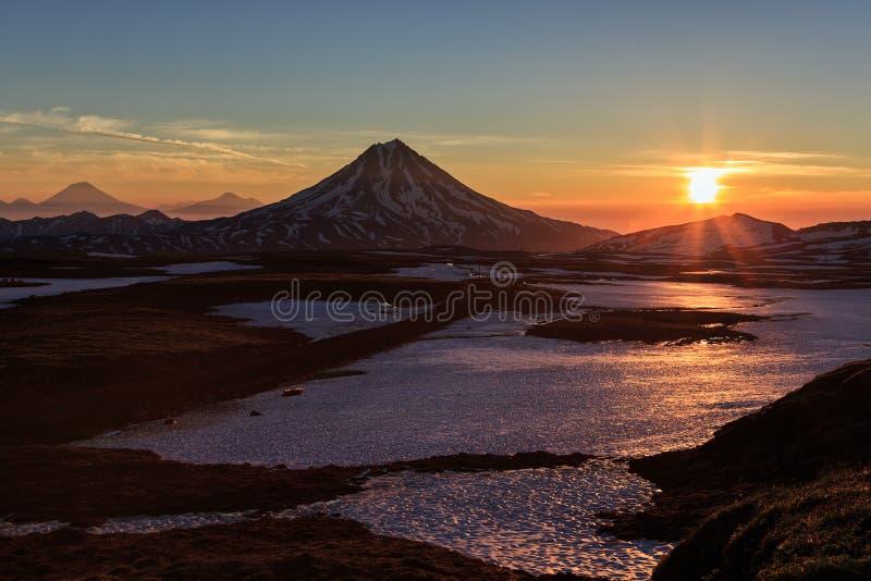 Beau paysage volcanique : lever de soleil au-dessus de volcan image stock
